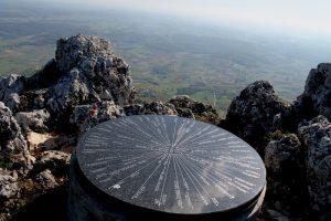 Turističko – planinarski smjerokaz na vrhu Kalnika