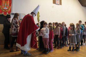 Sv. Nikola darivao djecu